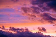 Cielo dramático de la puesta del sol en la oscuridad colorida imagen de archivo libre de regalías