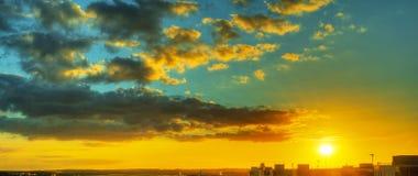 Cielo dramático de la puesta del sol sobre edificios industriales Imagen de archivo