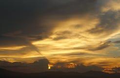 Cielo dramático de la tarde con las nubes Imagenes de archivo