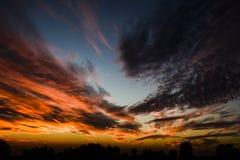 Cielo dramático de la tarde - nubes Imágenes de archivo libres de regalías
