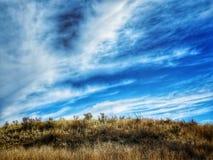 Cielo dramático del invierno sobre la pradera en el parque de estado del pueblo del lago Imagen de archivo