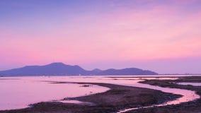 Cielo dramático después de la puesta del sol sobre el lago natural foto de archivo