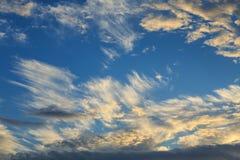Cielo dramático en el ocaso, con las nubes de cirro Wispy -- Fondo imagen de archivo