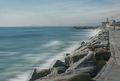 Cielo dramático en la playa europea imagen de archivo