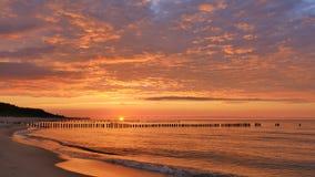 Cielo dramático en la puesta del sol almacen de metraje de vídeo