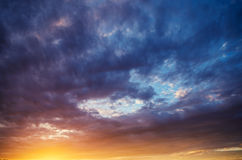 Cielo dramático en la puesta del sol Imagen de archivo libre de regalías