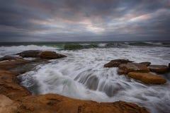 Cielo dramático, ondas grandes, cloudscape momentos antes de la tormenta cerca de la orilla Imagen de archivo