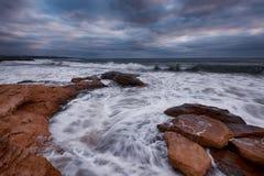 Cielo dramático, ondas grandes, cloudscape momentos antes de la tormenta cerca de la orilla imagenes de archivo