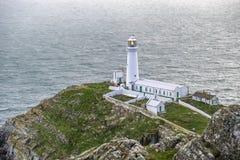Cielo dramático sobre el faro del sur histórico de la pila - isla de Anglesey País de Gales del norte Reino Unido Fotografía de archivo libre de regalías