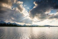 Cielo dramático sobre el lago Hopfensee imagen de archivo