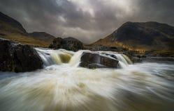 Cielo dramático sobre el río Etive en Escocia imagen de archivo