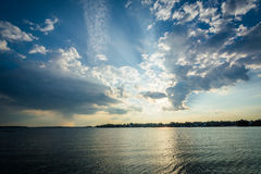 Cielo dramático sobre normando del lago en Ramsey Creek Park, en Cornelio imágenes de archivo libres de regalías