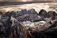 Cielo dramático sobre picos de la dolomía. Fotos de archivo libres de regalías