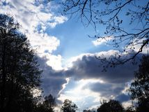 Cielo drammatico con il fondo scuro di vista delle nuvole fotografie stock libere da diritti