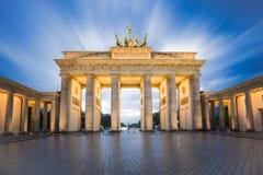 Cielo drammatico con la porta di Brandeburgo nella città di Berlino, Germania Immagini Stock