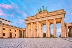 Cielo drammatico con la porta di Brandeburgo nella città di Berlino, Germania Fotografie Stock