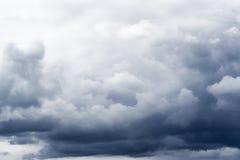 Cielo drammatico con le nubi Fotografie Stock
