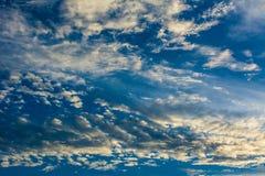Cielo drammatico con le nubi Immagine Stock