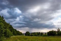Cielo drammatico con le nuvole di tempesta immagini stock