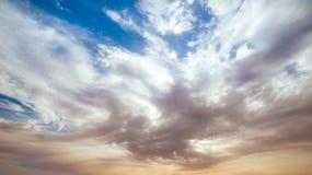 Cielo drammatico con le nuvole sul tramonto Fotografia Stock Libera da Diritti