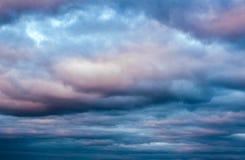 Cielo drammatico con le nuvole sul tramonto Fotografia Stock