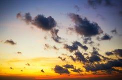 Cielo drammatico con le nuvole tempestose Fotografia Stock