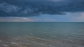 Cielo drammatico davanti ad una tempesta sul mare Immagini Stock