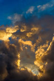 Cielo drammatico di mattina con le nuvole di pioggia Fotografia Stock