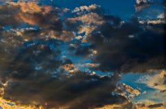 Cielo drammatico di tramonto con le nuvole variopinte dopo il temporale Immagini Stock Libere da Diritti