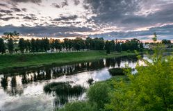 Cielo drammatico di tramonto sopra il fiume di Tvertsa e le sue rive pittoresche dopo la tempesta Città provinciale russa Toržok, Immagine Stock Libera da Diritti