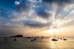 Cielo drammatico durante il tramonto sopra il mare Fotografia Stock