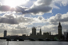 Cielo drammatico sopra il Parlamento fotografia stock libera da diritti