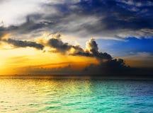 Cielo drammatico sopra l'oceano fotografia stock