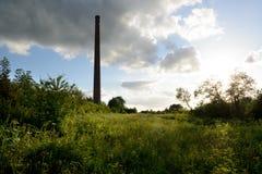 Cielo drammatico sopra una vecchia fabbrica del mattone Fotografia Stock Libera da Diritti