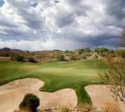 Cielo drammatico su verde di terreno da golf Fotografie Stock Libere da Diritti