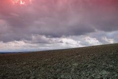 Cielo drammatico sul campo arato in Aude, Occitanie nel sud della Francia Immagine Stock