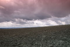 Cielo drammatico sul campo arato in Aude, Occitanie nel sud della Francia Fotografie Stock