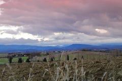 Cielo drammatico sul campo arato in Aude, Occitanie nel sud della Francia Fotografia Stock