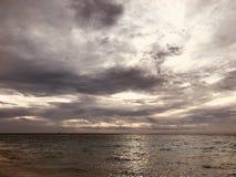 Cielo drammatico sull'Oceano Indiano, Maldive Immagini Stock