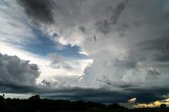 Cielo drammatico variopinto con la nuvola al tramonto fotografia stock libera da diritti