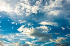 Cielo drammatico variopinto con la nuvola al tramonto immagine stock