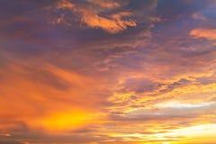 Cielo drammatico vibrante variopinto con la porpora alle nuvole arancio Tempo di tramonto Bella priorità bassa della natura Fotografia Stock Libera da Diritti