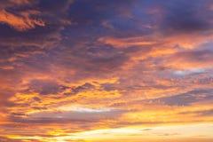 Cielo drammatico vibrante variopinto con la porpora alle nuvole arancio Tempo di tramonto Bella priorità bassa della natura Fotografia Stock