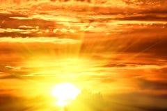 Cielo dramático de la puesta del sol Fotos de archivo