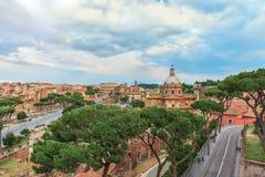 Cielo dramático sobre gran Roman Colosseum, iglesia de la puesta del sol de Santi Luca e Martina y Roman Forum Fotografía de archivo