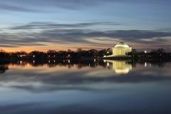Cielo Dreamlike del amanecer sobre el monumento de Jefferson Foto de archivo
