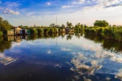 Cielo duplicado en un lago azul Fotos de archivo