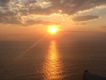Cielo durante tiempo de subida de Sun en el mar Mediterráneo Foto de archivo