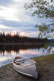 Cielo e canoa di tramonto al fiume Yukon Canada di Teslin Immagine Stock