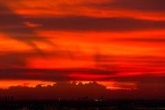 Cielo e cloudscape rossi sopra l'aeroporto Fotografie Stock Libere da Diritti